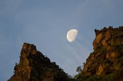 Φεγγάρι πέρα από έναν απότομο βράχο στην αυγή Στοκ φωτογραφία με δικαίωμα ελεύθερης χρήσης