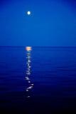 Φεγγάρι πέρα από την άσπρη θάλασσα Στοκ Εικόνα