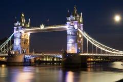 Φεγγάρι πέρα από τη γέφυρα πύργων στο Λονδίνο Στοκ φωτογραφία με δικαίωμα ελεύθερης χρήσης