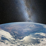 Φεγγάρι πέρα από τη γη, στο υπόβαθρο του γαλακτώδους τρόπου Στοιχεία αυτής της εικόνας που εφοδιάζεται από τη NASA το http://www  Στοκ φωτογραφίες με δικαίωμα ελεύθερης χρήσης