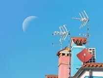 Φεγγάρι πέρα από τις κεραίες Στοκ εικόνα με δικαίωμα ελεύθερης χρήσης