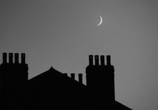 Φεγγάρι πέρα από τις στέγες Στοκ φωτογραφία με δικαίωμα ελεύθερης χρήσης