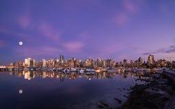 Φεγγάρι πέρα από το στο κέντρο της πόλης Βανκούβερ στο ηλιοβασίλεμα από το πάρκο του Stanley στοκ φωτογραφία με δικαίωμα ελεύθερης χρήσης