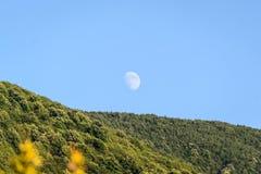 Φεγγάρι πέρα από το του χωριού περιβάλλον στην Τουρκία Στοκ φωτογραφία με δικαίωμα ελεύθερης χρήσης