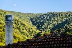 Φεγγάρι πέρα από το του χωριού περιβάλλον στην Τουρκία Στοκ Φωτογραφίες