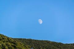 Φεγγάρι πέρα από το του χωριού περιβάλλον στην Τουρκία Στοκ Εικόνες
