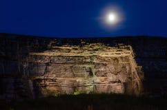 Φεγγάρι πέρα από το φωτισμένο απότομο βράχο ασβεστόλιθων Στοκ Φωτογραφία
