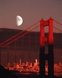 Φεγγάρι πέρα από το χρυσό ηλιοβασίλεμα οριζόντων πόλεων του Σαν Φρανσίσκο γεφυρών πυλών στοκ εικόνα