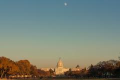 Φεγγάρι πέρα από Capitol στοκ εικόνα