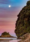 Φεγγάρι πέρα από Hahei στοκ εικόνες