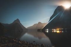 Φεγγάρι που αυξάνεται επάνω από τις αιχμές του ήχου Milford, Νέα Ζηλανδία στοκ εικόνα με δικαίωμα ελεύθερης χρήσης