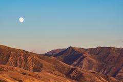 Φεγγάρι που αυξάνεται πέρα από τα βουνά της Γιούτα στοκ εικόνες