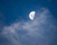 Φεγγάρι που βγαίνει από τα ελαφρώς ρόδινα Cirrus σύννεφα Στοκ φωτογραφίες με δικαίωμα ελεύθερης χρήσης