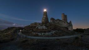 Φεγγάρι σε ένα λυκόφως πέρα από τις καταστροφές ενός παλαιού κάστρου στοκ φωτογραφία με δικαίωμα ελεύθερης χρήσης