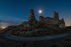 Φεγγάρι σε ένα λυκόφως πέρα από τις καταστροφές ενός παλαιού κάστρου στοκ εικόνες με δικαίωμα ελεύθερης χρήσης
