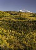 Φεγγάρι φθινοπώρου πέρα από το βουνό εδρών και το πέρασμα McClure Στοκ Φωτογραφίες