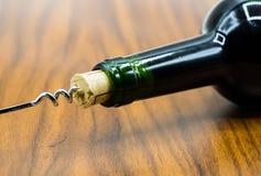 Φελλός από το μπουκάλι κρασιού με το ανοιχτήρι στοκ εικόνες με δικαίωμα ελεύθερης χρήσης