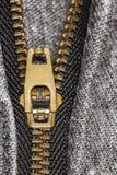 Φερμουάρ μαύρο ακραίο στενό σε επάνω τζιν Στοκ εικόνα με δικαίωμα ελεύθερης χρήσης