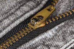 Φερμουάρ μαύρο ακραίο στενό σε επάνω τζιν Στοκ Εικόνες