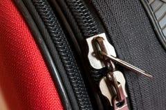 Φερμουάρ δύο στην κόκκινη και μαύρη πλάτη αποσκευών στοκ φωτογραφίες