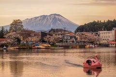 Φεστιβάλ ανθών κερασιών στο πάρκο του Τακαμάτσου, Μοριόκα, Iwate, Tohoku, Ιαπωνία σε April27,2018: Ποδήλατα νερού στη λίμνη του Τ Στοκ Εικόνα