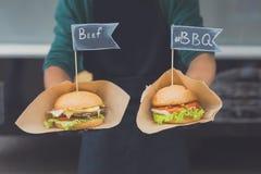 Φεστιβάλ γρήγορου φαγητού οδών, χάμπουργκερ με το βόειο κρέας και bbq Στοκ Εικόνες