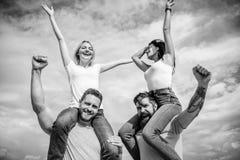 Φεστιβάλ μουσικής ροκ Αισθανθείτε την ελευθερία Εύθυμος χορός ζευγών Φίλοι που έχουν το θερινό υπαίθριο φεστιβάλ διασκέδασης Άνδρ στοκ φωτογραφίες με δικαίωμα ελεύθερης χρήσης