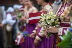 Φεστιβάλ τραγουδιού και χορού στη Λετονία Πομπή στη Ρήγα Στοιχεία των διακοσμήσεων και των λουλουδιών Λετονία 100 έτη Στοκ φωτογραφίες με δικαίωμα ελεύθερης χρήσης