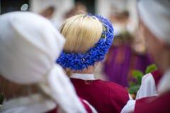 Φεστιβάλ τραγουδιού και χορού στη Λετονία Πομπή στη Ρήγα Στοιχεία των διακοσμήσεων και των λουλουδιών Λετονία 100 έτη Στοκ εικόνα με δικαίωμα ελεύθερης χρήσης