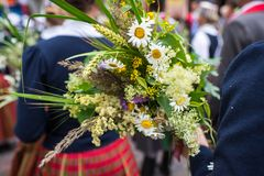 Φεστιβάλ τραγουδιού και χορού στη Λετονία Πομπή στη Ρήγα Στοιχεία των διακοσμήσεων και των λουλουδιών Λετονία 100 έτη Στοκ Εικόνες