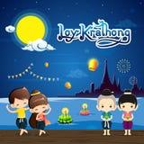 Φεστιβάλ Krathong Loy με το χαριτωμένο boy&girl στο εθνικό κοστούμι Στοκ Φωτογραφία