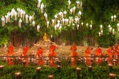 Φεστιβάλ Kratong Loy, βουδιστικά κεριά πυρκαγιάς μοναχών στο Βούδα και τον επιπλέοντα λαμπτήρα επάνω Phan Tao στο ναό, Chiangmai, στοκ φωτογραφίες με δικαίωμα ελεύθερης χρήσης