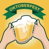 Φεστιβάλ μπύρας Oktober με δύο χέρια που ψήνουν τα ποτήρια της μπύρας Στοκ Εικόνες
