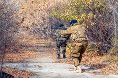 Φευγαλέοι άνθρωποι με πυροβόλα όπλα Στοκ Εικόνες