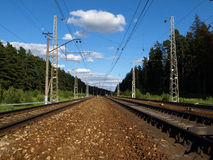 φθάνει σιδηρόδρομος πλατφορμών για να εκπαιδεύσει Στοκ εικόνες με δικαίωμα ελεύθερης χρήσης