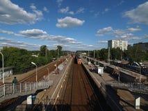 φθάνει σιδηρόδρομος πλατφορμών για να εκπαιδεύσει Στοκ Φωτογραφία