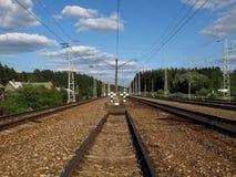 φθάνει σιδηρόδρομος πλατφορμών για να εκπαιδεύσει Στοκ Φωτογραφίες