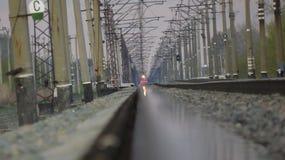 φθάνει σιδηρόδρομος πλατφορμών για να εκπαιδεύσει Στοκ φωτογραφία με δικαίωμα ελεύθερης χρήσης