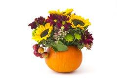 Φθινοπωρινά λουλούδια, μούρα και μήλα Στοκ Εικόνες