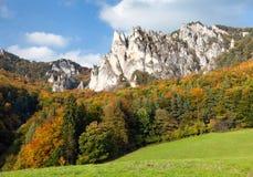 Φθινοπωρινή άποψη από τα δύσκολα βουνά Sulov - sulovske skaly Στοκ Εικόνες