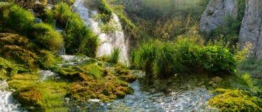 Φθινοπωρινή άποψη των όμορφων καταρρακτών στο εθνικό πάρκο λιμνών Plitvice Στοκ φωτογραφία με δικαίωμα ελεύθερης χρήσης