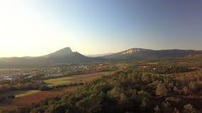 Φθινοπωρινή εναέρια άποψη του PIC Άγιος Loup στο ηλιοβασίλεμα, Άγιος Mathieu de Tréviers, Hearult, Occitanie, Γαλλία απόθεμα βίντεο
