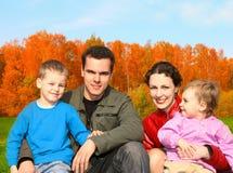 φθινοπωρινή οικογένεια τ στοκ εικόνες