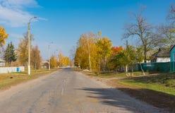 Φθινοπωρινή οδός του αγροτικού χωριού στην Ουκρανία Στοκ Εικόνες