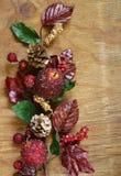 Φθινοπωρινή σύνθεση με τα φρούτα και τις διακοσμήσεις φύλλων για την ημέρα των ευχαριστιών Στοκ εικόνα με δικαίωμα ελεύθερης χρήσης