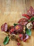 Φθινοπωρινή σύνθεση με τα φρούτα και τις διακοσμήσεις φύλλων για την ημέρα των ευχαριστιών Στοκ φωτογραφία με δικαίωμα ελεύθερης χρήσης