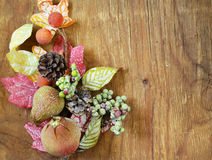 Φθινοπωρινή σύνθεση με τα φρούτα και τις διακοσμήσεις φύλλων για την ημέρα των ευχαριστιών Στοκ Φωτογραφίες