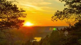 Φθινοπωρινό δάσος και ο ποταμός στο ηλιοβασίλεμα, χρόνος-σφάλμα φιλμ μικρού μήκους