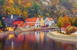 Φθινοπωρινό τοπίο με το χρωματισμένο σπίτι πέρα από τον ποταμό Στοκ εικόνες με δικαίωμα ελεύθερης χρήσης