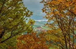 Φθινοπωρινό τοπίο Castel Thun, που βρίσκεται στην κοινότητα του τόνου χαμηλότερο Val Di Non, Trentino Alto Adige, Ιταλία Στοκ φωτογραφία με δικαίωμα ελεύθερης χρήσης